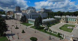 Кабинет министров Verkhovna Rada и дворец Mariinsky визирований Kyiv городского пейзажа Украины акции видеоматериалы