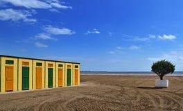 Кабины желтый цвет и зеленый цвет пляжа Стоковые Фото