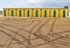 Кабины желтый цвет и зеленый цвет пляжа Стоковое Изображение
