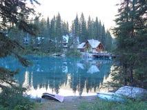 Кабины изумрудным озером с каное Стоковое Изображение RF