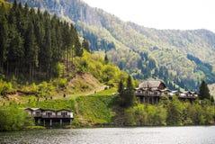 Кабины около озера горы Стоковые Изображения RF