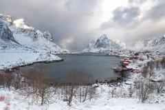 Кабины ` s рыболова Orwegian, rorbuer, на острове Hamnoy, r стоковое изображение rf
