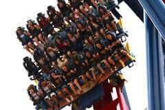 Каботажное судно парка атракционов падая вниз рельсы с людьми стоковая фотография rf