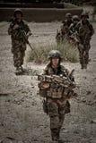 Кабул, Афганистан - 14-ое марта 2011 Легионеры изучают местность для более дальнеишего действия во время боевого задания Стоковые Фото