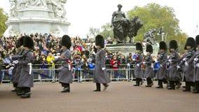 Кавалерия полиции членов столичная на обязанности на конногвардейском полке во время изменять в Лондоне, Великобритании сток-видео