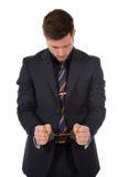 кавказец бизнесмена надевает наручники детеныши Стоковые Изображения