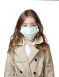 Кавказец девушки ребенка в маске медицины изолированной на белизне Стоковые Фотографии RF