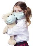 Кавказец девушки ребенка в маске медицины изолированной на белизне Стоковое Фото