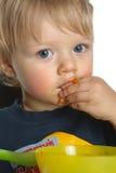 кавказец завтрака мальчика ест smudgy Стоковое Изображение