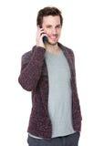 Кавказская беседа человека к мобильному телефону Стоковые Фото