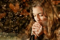 Кавказская девушка грея в снежностях Стоковая Фотография