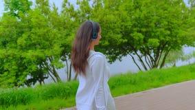 Кавказская девушка гуляя и танцуя в городе сток-видео