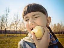 Кавказская девушка есть яблоко Стоковое Изображение RF