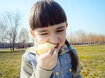 Кавказская девушка есть яблоко Стоковое фото RF