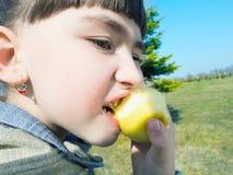 Кавказская девушка есть яблоко Стоковое Изображение