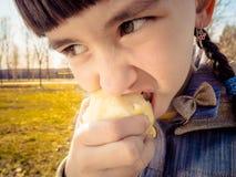 Кавказская девушка есть яблоко Стоковые Фото