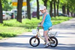 Кавказская девушка ехать велосипед в парке Стоковые Изображения