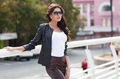 Кавказская женская модель в белой рубашке outdoors Стоковое Изображение RF