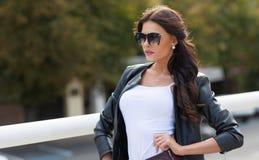 Кавказская женская модель в белой рубашке outdoors Стоковые Изображения