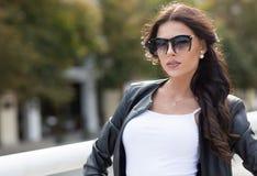 Кавказская женская модель в белой рубашке outdoors Стоковые Фото