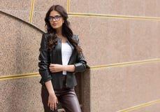 Кавказская женская модель в белой рубашке outdoors Стоковая Фотография RF