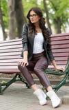 Кавказская женская модель в белой рубашке outdoors Стоковые Фотографии RF