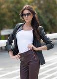 Кавказская женская модель в белой рубашке outdoors Стоковая Фотография