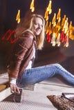 Кавказская женщина в кожаной куртке и голубых джинсах стоковые изображения rf