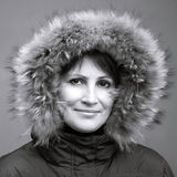 Кавказская женщина в клобуке меха Стоковая Фотография