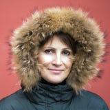 Кавказская женщина в клобуке меха Стоковые Изображения RF