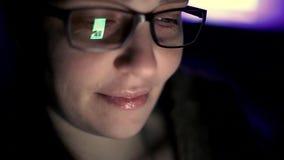 Кавказская женщина использует смартфон, экран телефона отражена в стекл-социальной сети, технологии, концепции связи сток-видео