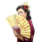 Кавказская женщина кимоно держа традиционный вентилятор Стоковое фото RF