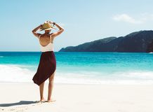 Кавказская женщина на пляже наслаждаясь природой на тропическом курорте стоковая фотография rf