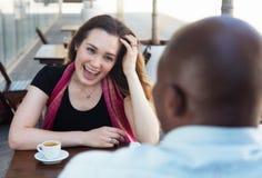 Кавказская женщина при волосы брюнет flirting с Афро-американским человеком Стоковые Изображения