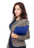 Кавказская женщина с доской сзажимом для бумаги Стоковое Фото