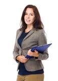 Кавказская женщина с доской сзажимом для бумаги Стоковое фото RF