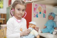 Кавказская маленькая девочка играя доктора Стоковое Изображение