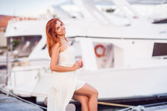 Кавказская привлекательная redheaded девушка в белом платье лета Стоковые Фото