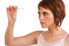 кавказская проверяя женщина ее температура стоковое фото
