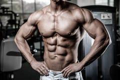 Кавказская сексуальная модель фитнеса в конце спортзала вверх по abs стоковое фото rf