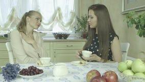 Кавказская элегантная женщина утешая унылого друга дома во время времени чая акции видеоматериалы