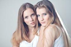 кавказские девушки 2 детеныша Стоковая Фотография RF