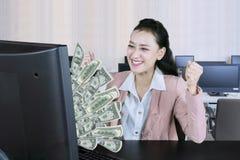Кавказские деньги заработка коммерсантки онлайн Стоковые Фото