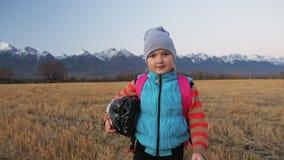 Кавказские дети одно идут с велосипедом в пшеничном поле Девушка идя черный оранжевый цикл на предпосылке красивое снежного видеоматериал