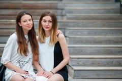 Кавказские девушки наслаждаются мостом предпосылки выходных лета большим Молодые туристские друзья путешествуя на праздниках outd Стоковые Фото