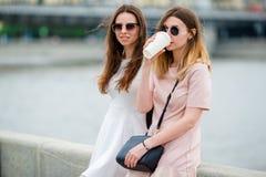 Кавказские девушки наслаждаются мостом предпосылки выходных лета большим Молодые туристские друзья путешествуя на праздниках outd Стоковое Изображение