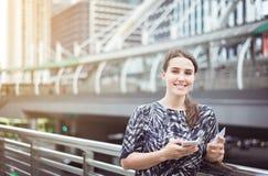 Кавказские женские покупки онлайн с ее smartphone, кредитная карточка и камера смотреть стоковые изображения rf