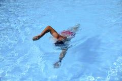 Кавказские заплывы человека в фристайле вползают на внешнем заплывании Стоковые Фотографии RF