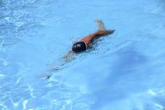 Кавказские заплывы человека в фристайле вползают на внешнем заплывании Стоковые Изображения RF