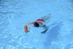 Кавказские заплывы человека в фристайле вползают на внешнем заплывании Стоковая Фотография RF